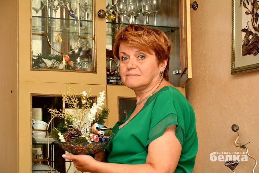 Вера Алексеевна с композицией, изготовленной ею вместе с сыном.