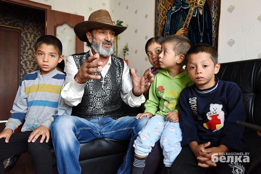 «Такого позора никогда не испытывал»: опекун цыганских детей об их играх у мусорных баков